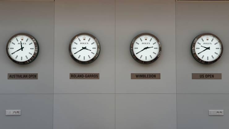 In noul centru de presà de la Roland-Garros sunt afisate orele si de pe meridianele unde au loc celelalte 3 turnee de Mare Slam ale anului.