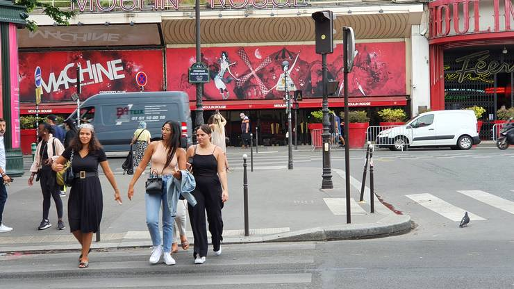 In fatà la Moulin Rouge, un grup de fete fàrà mascà. 17 iunie 2021.