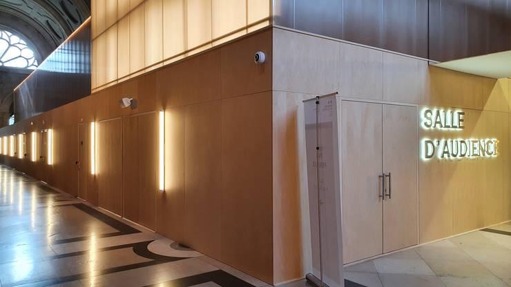Sala de audiente pentru procesul atentatelor din 13 noiembrie 2015 a fost construità în interiorul Sàlii pasilor pierduti din Palatul de Justitie.