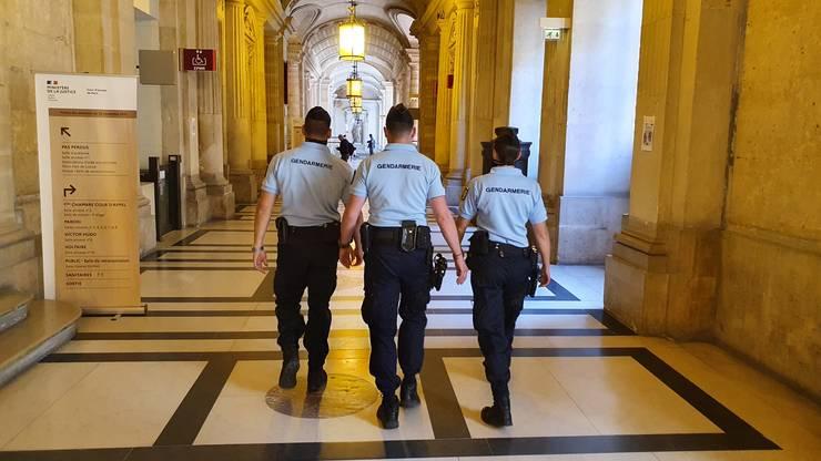 Politia si jandarmeria sunt prezente masiv la fata locului déjà cu o sàptàmânà înainte de începerea procesului.