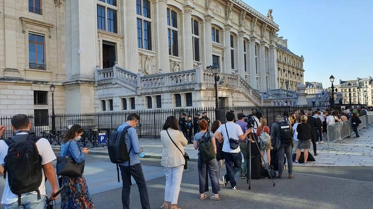 Incà de dimineatà (audientele încep la 12:30) era coadà la intrarea presei si avocatilor.
