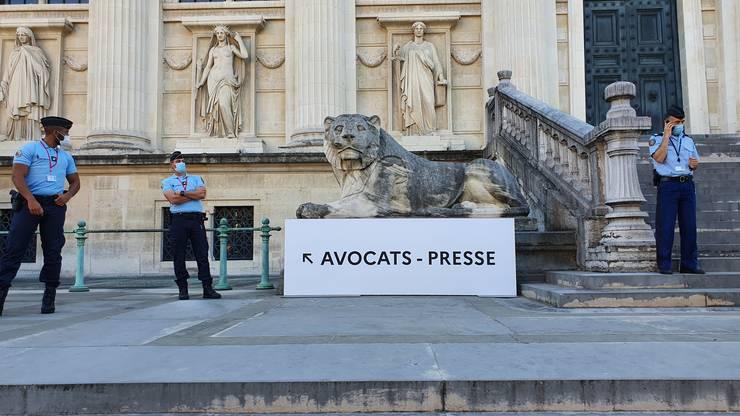 Intrarea în Palatul de Justitie rezervatà presei si avocatilor.