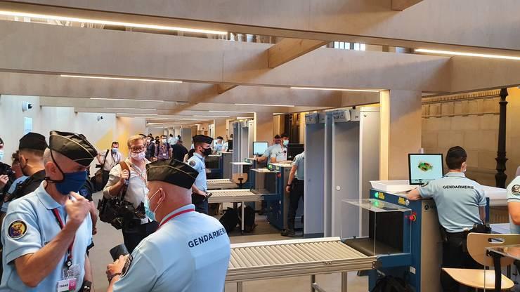 """Controale ca în aeroport la intrarea în zona """"rosie"""" a procesului."""