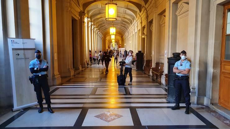 Plin de politie pe culoarele Palatului de justie din Paris.