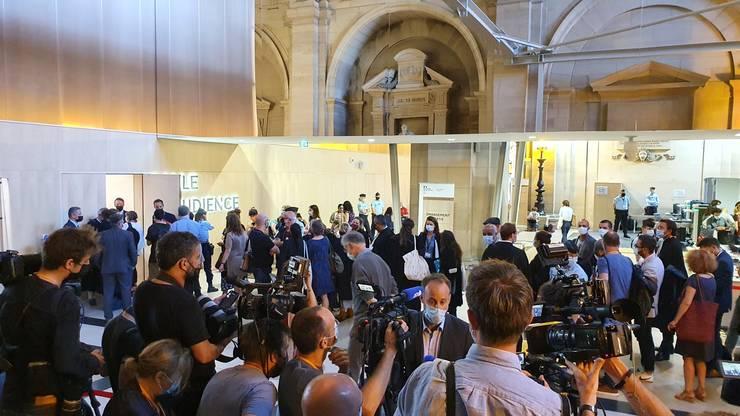 Avocati, jurnalisti si pàrti civile se înghesuie ca sà inter în sala procesului atentatelor din 13 noiembrie 2015.