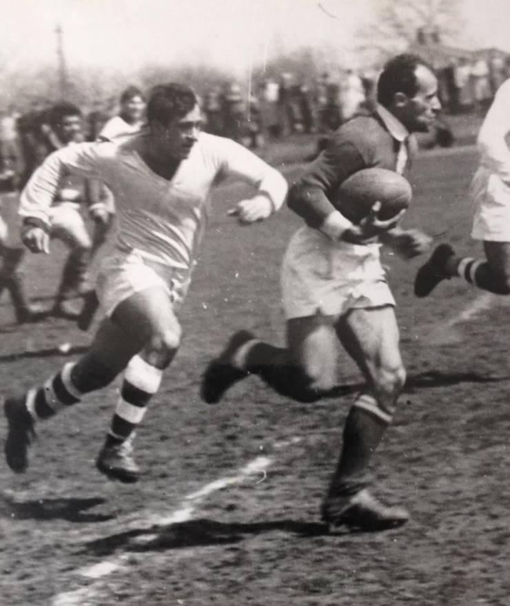 Teofilovici (Constructorul, în alb) îl urmărește pe Barbu cu balonul (Dinamo)