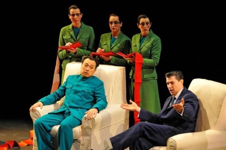 1987, moment din opera 'Nixon în China'. Aici Mao (stânga,Alfred Kim) si Nixon (dreapta, Franco Pomponi), Théâtre du Châtelet Paris.