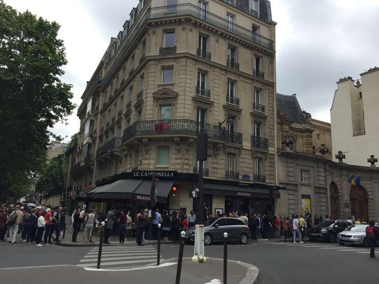 Ambasada României la Paris, sute de români asteapta sa voteze în cadrul alegerilor europene si a referendumului pe justitie, 26 mai 2019