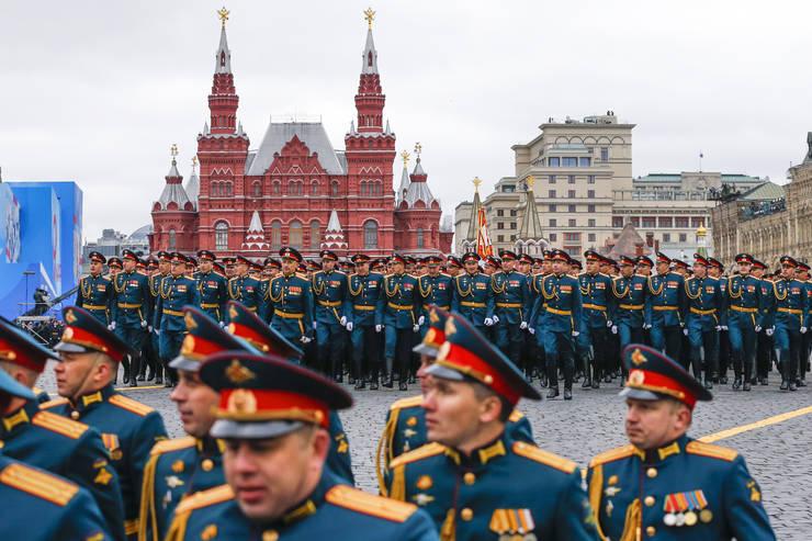 Militari rusi defileazà în Piata Rosie din Moscova cu ocazia comemoràrii sfârsitului celui de-al doilea ràzboi mondial.