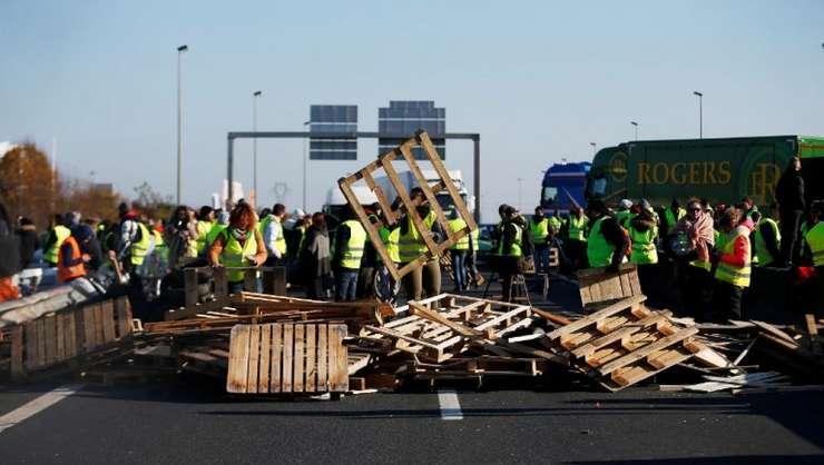 """""""Veste galbene"""" blocînd un bulevard periferic la Caen, 18 noiembrie 2018"""