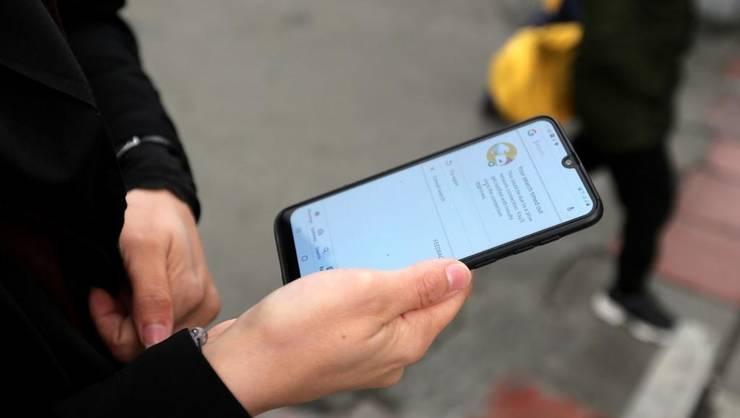 O tînără iraniană cu telefonul mobil fără conexiune Internet la Teheran pe 23 noiembrie 2013