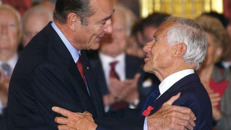 Jean d'Ormesson (dreapta) dupa ce presedintele Jacques Chirac i-a remis medalia de Mare Ofiter al Legiunii de onoare pe 22 octombrie 2002.