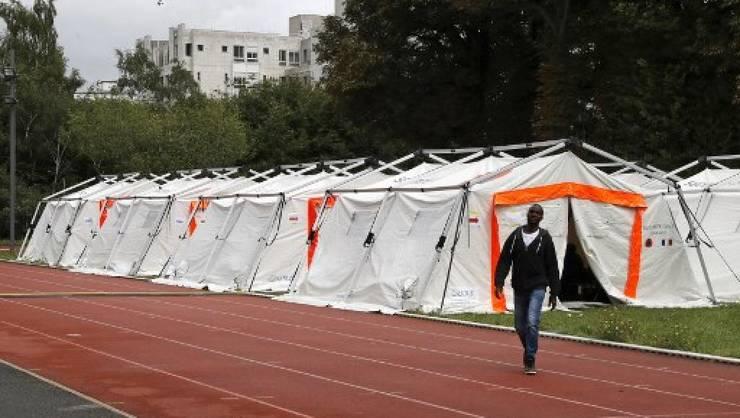 Porte de la Chapelle, în nordul Parisului: corturi instalate pentru imigranţi clandestini, august 2017