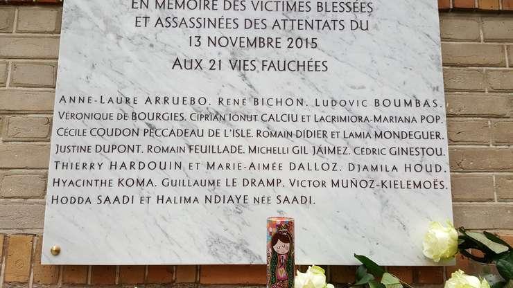 Placà în memoria celor 21 de morti de la restaurantul Belle Equipe; printre ei, si doi români: Ciprian Ionut Calciu si Làcràmioara Mariana Pop