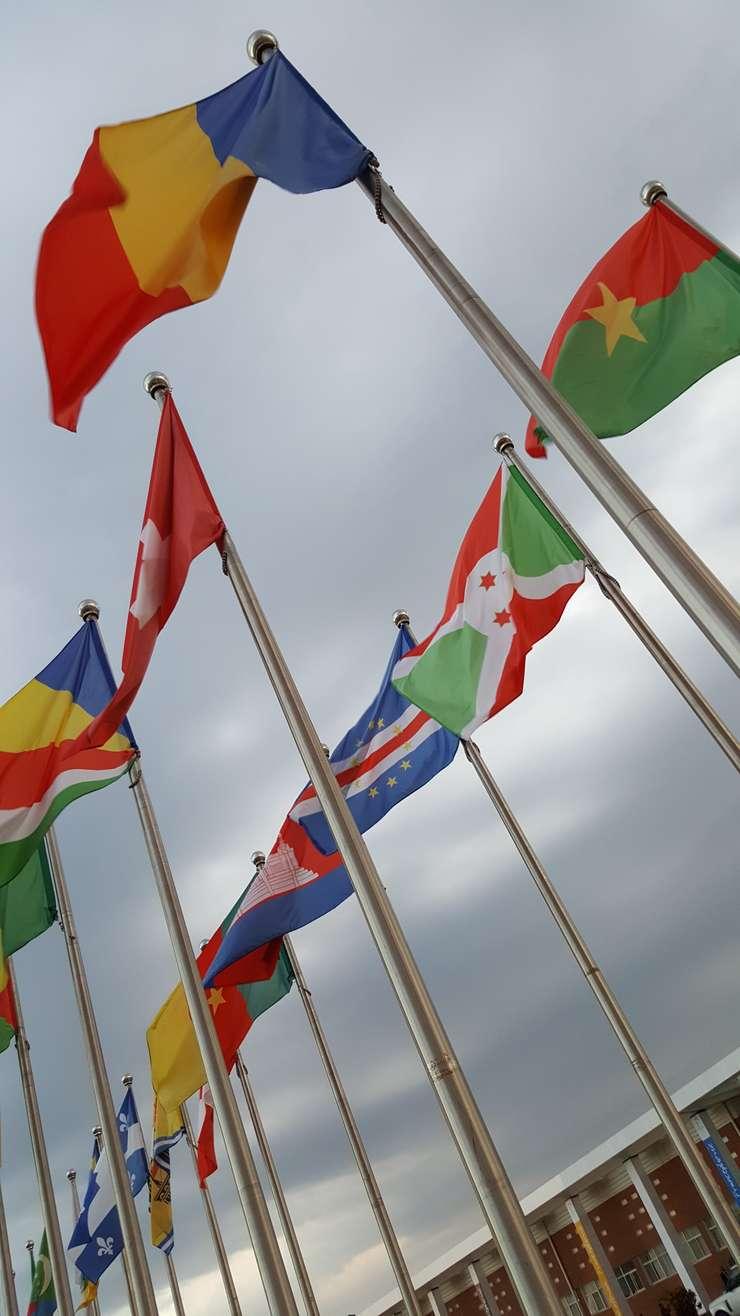 Steagul României în fata centrului de conferinte de la Antananarivo unde are loc al 16-lea sommet al Francofoniei