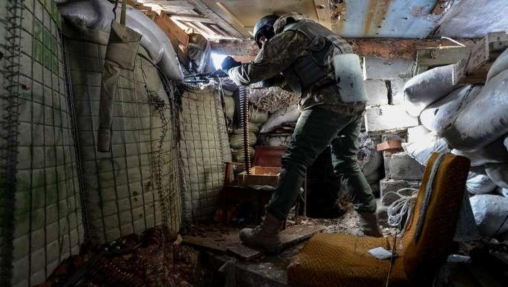 Soldat ucrainean în pozitie pe frontul din Donbas