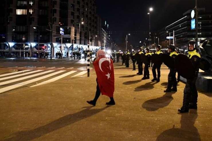 Rotterdam, 11 martie 2017, ciocniri între manifestanti de origine turca si politie