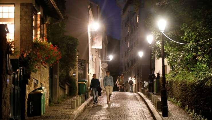 Cartierul Montmartre de la Paris. Franţa este luminata noaptea de 11 milioane de lampadare si de 3,5 milioane de reclame.