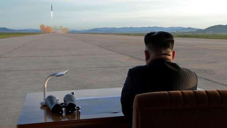 Kim Jong-un asistînd la lansarea unei rachete de tip Hwasong-12 pe 16 septembrie 2017.