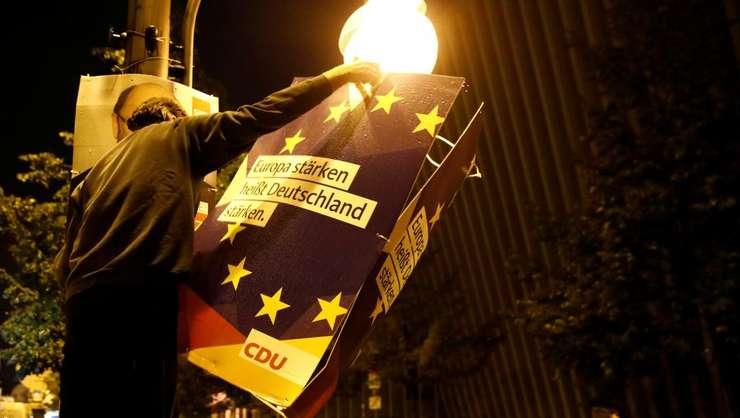 """""""A întari Europa înseamna a întari Germania"""" se poate citi pe aceasta pancarta purtata de un militant la Berlin pe 24 septembre, ziua scrutinului legislativ."""