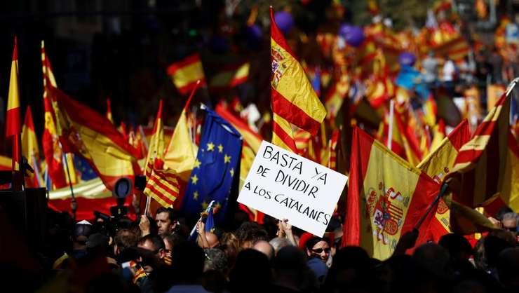 """""""Încetaţi să-i mai divizaţi pe catalani"""" – mesaj lansat pe străzile Barcelonei"""