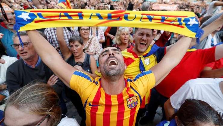 Separatisti catalani la Barcelona pe 27 octombrie 2017 dupa ce Parlamentul catalan a declarat independenta Cataloniei