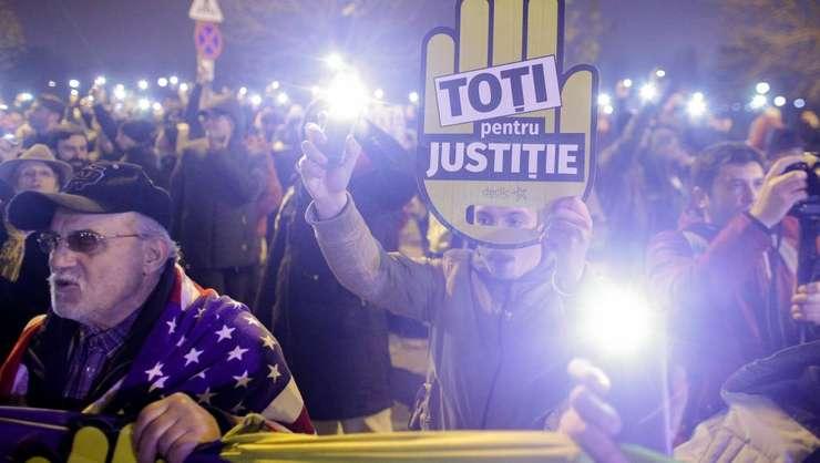 """Proteste la Bucuresti în noiembrie anul trecut împotriva unei """"reforme a justitiei"""" de natura sa reduca independenta acesteia"""