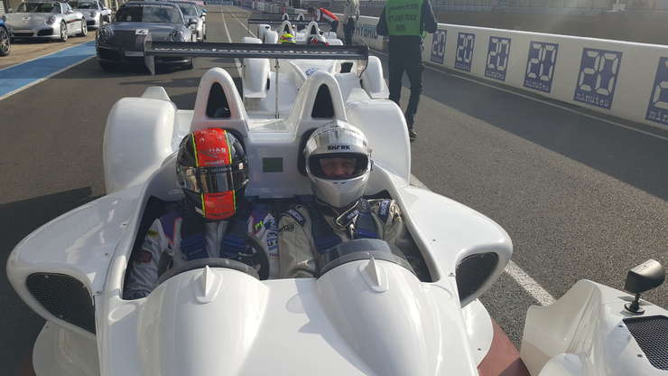 Colegul nostru Vasile Damian alàturi de un pilot profesionist la bordul unui prototip pe circuitul auto de la Le Mans