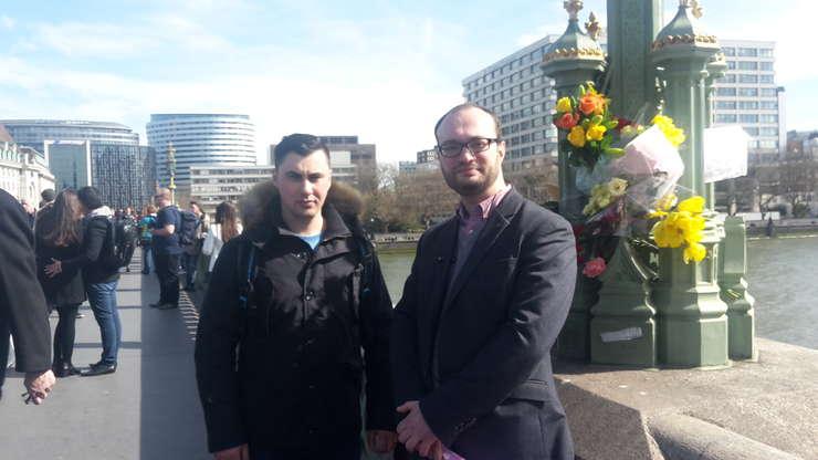Adrian Avăcăriței și Cosmin Călin pe podul Westminster