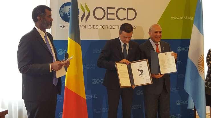 William Magwood, directorul NEA, Sorin Grindeanu, premierul României si Angel Gurria, secretarul general OCDE, la ceremonia de aderare a României la NEA, 7 iunie 2017