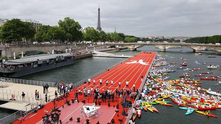 Olimpicii francezi pe pista de atletism plutitoare pe Sena, între podul Alexandre III si Turnul Eiffel