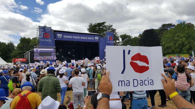 Peste 10.000 de fani de Dacia din Franta s-au reunit la Chateau de Courson pentru picnicul lor anual pe 25 iunie 2017