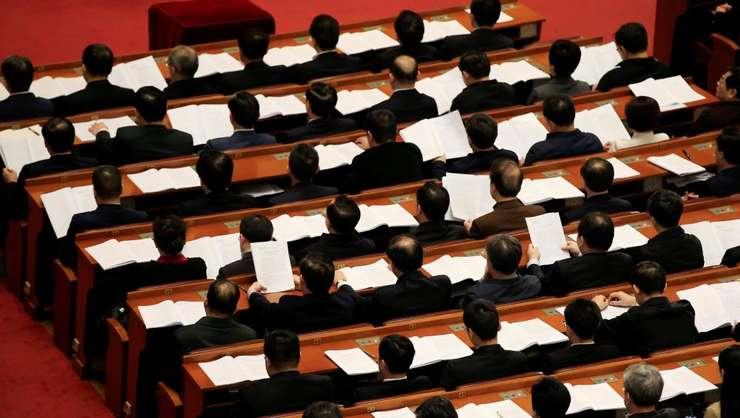 Deputatii Adunarii Nationale Populare reuniti în Palatul Poporului, Piata Tiananmen, la Pekin