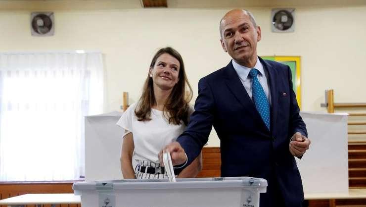 Candidatul conservator sloven Janez Jansa votînd la legislativele pe care le-a cîstigat