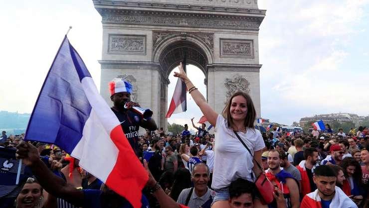 Scena de bucurie colectiva pe Bulevardul Champs-Elysées de la Paris dupa victoria Frantei în finala cu Croatia