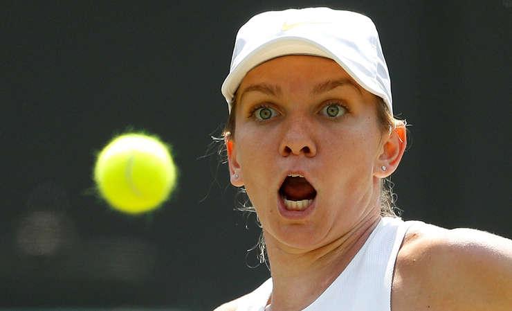 Simona Halep - portret surprins in timpul meciului cu o minde de tenis verde in partea stanga