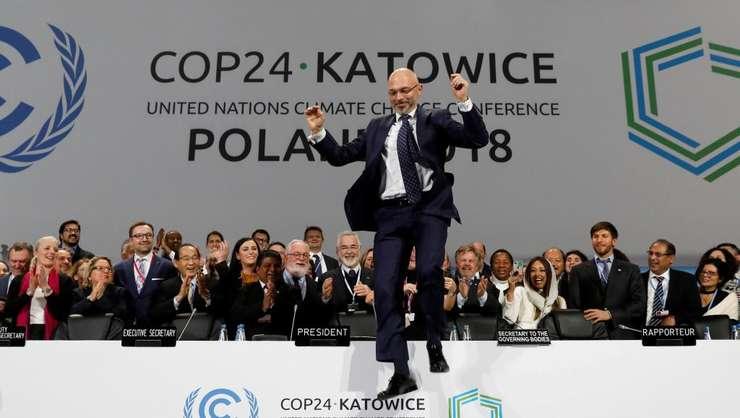 Michel Kurtyka, preşedintele polonez al Conferinţei COP24 de la Katowice sărind de bucurie după semnarea documentului final