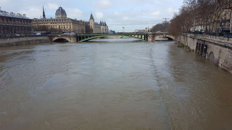 Sena la Paris, între Primàrie si Ile de la Cité