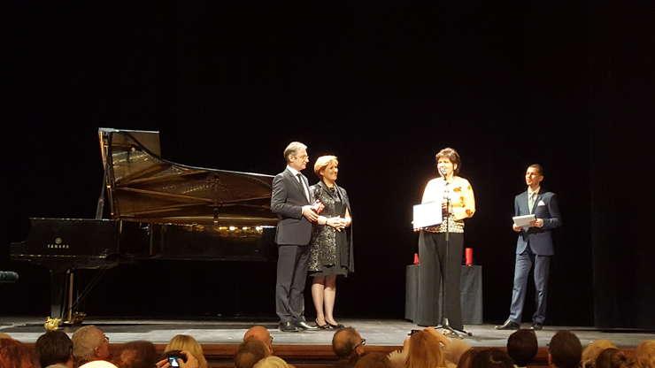 Pianista Dana Ciocârlie, presedinta ICR Liliana Turoiu si ambasadorul României în Franta Luca Niculescu pe scena teatrului de l'Athénée, 19 martie 2018