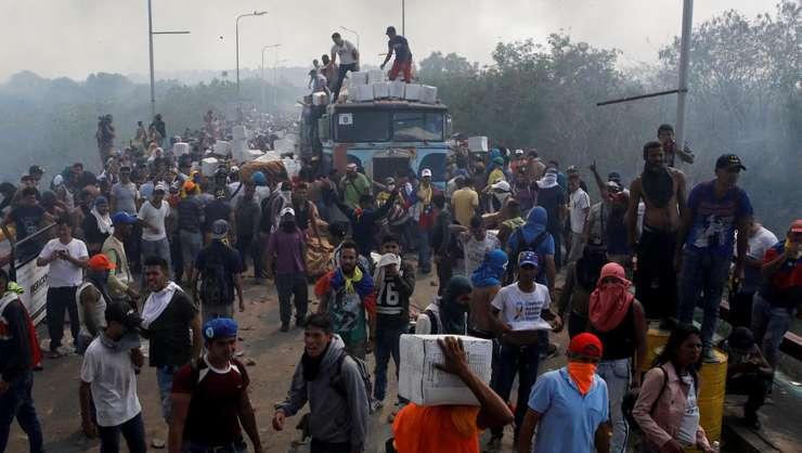 Camion cu ajutoare umanitare luat cu asalt la frontiera dintre Venezuela şi Columbia, pe 23 februarie 2019.