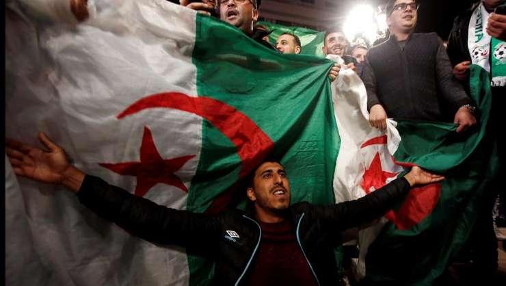 Algerieni sărbătorind demisia lui Bouteflika