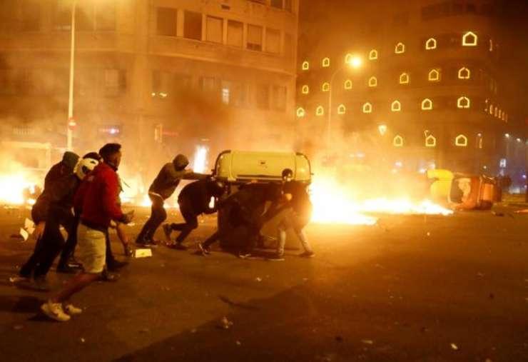 Manifestanţi violenţi la Barcelona pe 18 octombrie.