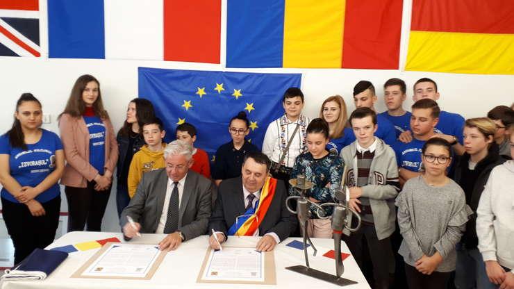 Primarii Jean-Michel Buf (Blain) si Viorel Clàpàu (Rebrisoara) semneazà noul document comun care leagà cele douà localitàti