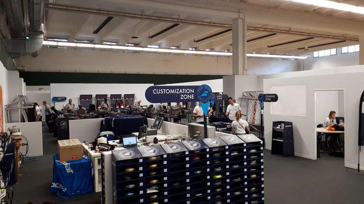 Atelierul Babolat, acolo unde se racordeazà zilnic aproape 500 de rachete pe perioada turneului de la Roland-Garros