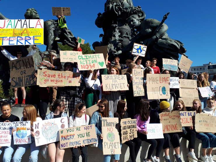 """Mii de elevi parizieni, participanti la o """"grevà pentru climà"""", s-au reunit în Place de la Nation din Paris în cadrul miscàrii """"Fridays for future"""""""
