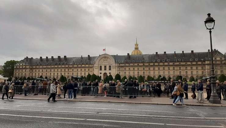 Omagiu popular adus lui Jacques Chirac la Palatul Invalizilor, monument unde se află printre altele mormîntul lui Napoleon.