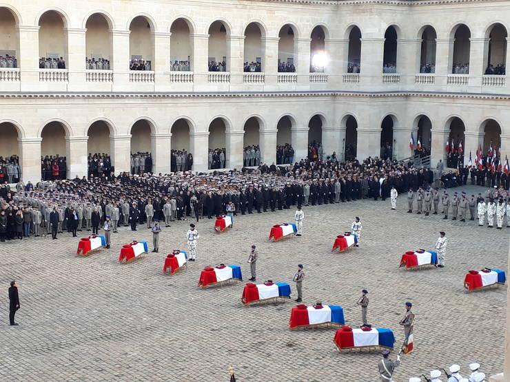 Presedintele Emmanuel Macron, în curtea de onoare a Invalizilor, în fata sicrielor soldatilor francezi morti în Mali, 2 decembrie 2019