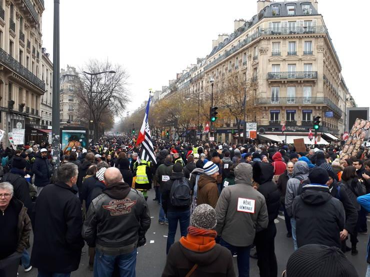 O parte din manifestantii care au iesit pe stradà în 5 decembrie 2019, la Paris