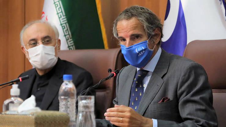 Directorul general AIEA, Rafael Grossi (dreapta) discutînd cu Ali-Akbar Salehi şeful Organizaţiei de energie atomică a Iranului