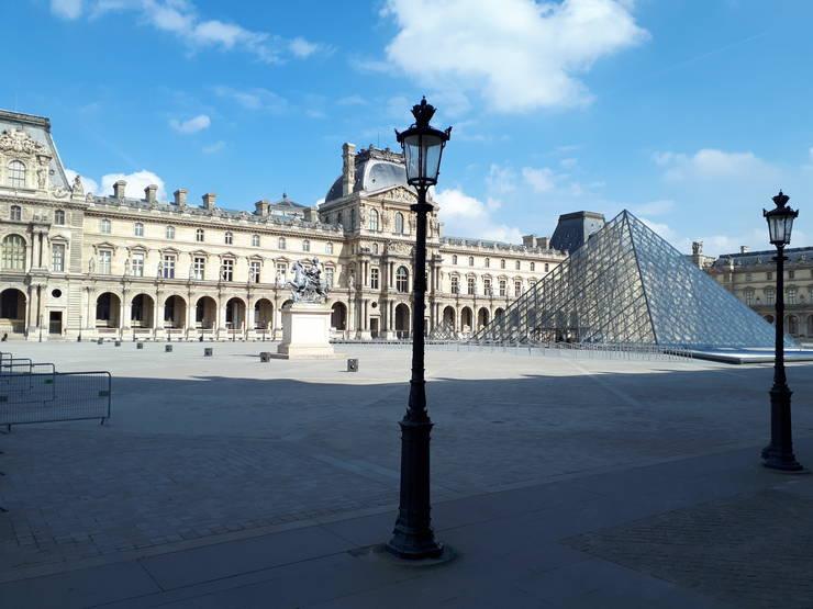 Curtea Luvrului, acolo pe unde se intrà în celebrul muzeu, este pustie în a doua zi de carantinà din Franta, 18 martie 2020